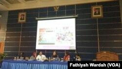 Frida Kalasin dari DPRD Papua Barat(paling kiri); Peneliti Kajian Papua LIPI Aisyah Putri Budiatri (moderator); Ketua Komnas Perempuan Azriana, dan Peneliti Ajar Selviana Yolanda dalam diskusi kekerasan terhadap perempuan Papua di Jakarta, Rabu, 18 Oktober 2017. (Fathiyah Wardah/VOA)