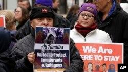 지난 21일 미국 보스턴 시에서 트럼프 대통령의 이민 정책에 반대하는 시민들이 공화당 지도부와 트럼프 행정부에 전달하는 메세지가 적힌 피켓을 들고 시위를 벌였다.