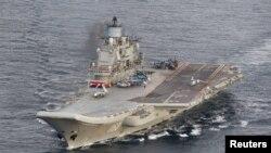 挪威侦察飞机的航拍照片显示,2016年10月17日俄罗斯库兹涅佐夫海军上将号航母正在挪威北部沿海的国际海域航行。