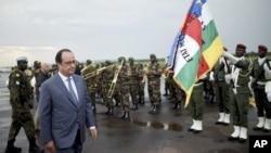 Le président français François Hollande salue les troupes à son arrivée à Bangui le vendredi 13 mai 2016. (Stephane De Sakutin/Pool Photo via AP)