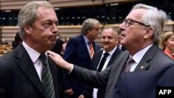 Le leader du parti indépendant Nigel Farage, à gauche, avec le président de la commission européenne Jean-Claude Juncker à Bruxelles, Belgique, le 28 juin 2016.