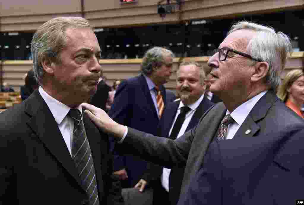លោក Nigel Farage (រូបឆ្វេង) មេដឹកនាំគណបក្សឯករាជ្យរបស់អង់គ្លេសនិយាយជាមួយលោក Jean-Claude Juncker ប្រធានគណៈកម្មការសហភាពអឺរ៉ុប មុនកិច្ចប្រជុំនៅទីស្នាក់ការកណ្តាលរបស់សហភាពអឺរ៉ុប ក្នុងក្រុងប្រ៊ុចសែល ប្រទេសប៊ែលហ្ស៊ិក។ លោក Juncker បានអំពាវនាវឲ្យលោកនាយករដ្ឋមន្រ្តី David Cameron ឲ្យពន្យល់បញ្ជាក់ឲ្យបានលឿន នៅពេលដែលចក្រភពអង់គ្លេសមានបំណងចាកចេញពីសហភាពអឺរ៉ុប ដោយលោកបាននិយាយថា នឹងមិនមានការចរចាលើចំណងទាក់ទងនាពេលអនាគត មុនពេលរដ្ឋាភិបាលក្រុងឡុងដ៍ដាក់ពាក្យសុំចាកចេញជាផ្លូវការនោះទេ។
