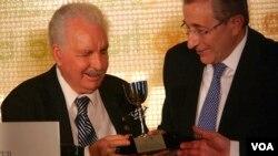 老艾德·罗伊斯获颁杰出服务奖杯(美国之音国符拍摄)