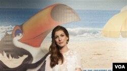 Aktris Anne Hathaway di acara pemutaran perdana film animasi 'Rio' di Rio de Janeiro, Brazil.