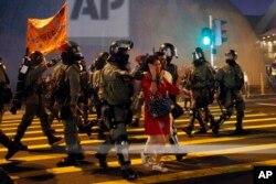 香港警察在圣诞平安夜为了准备对付抗议者正指挥游客过马路。(2019年12月24日)