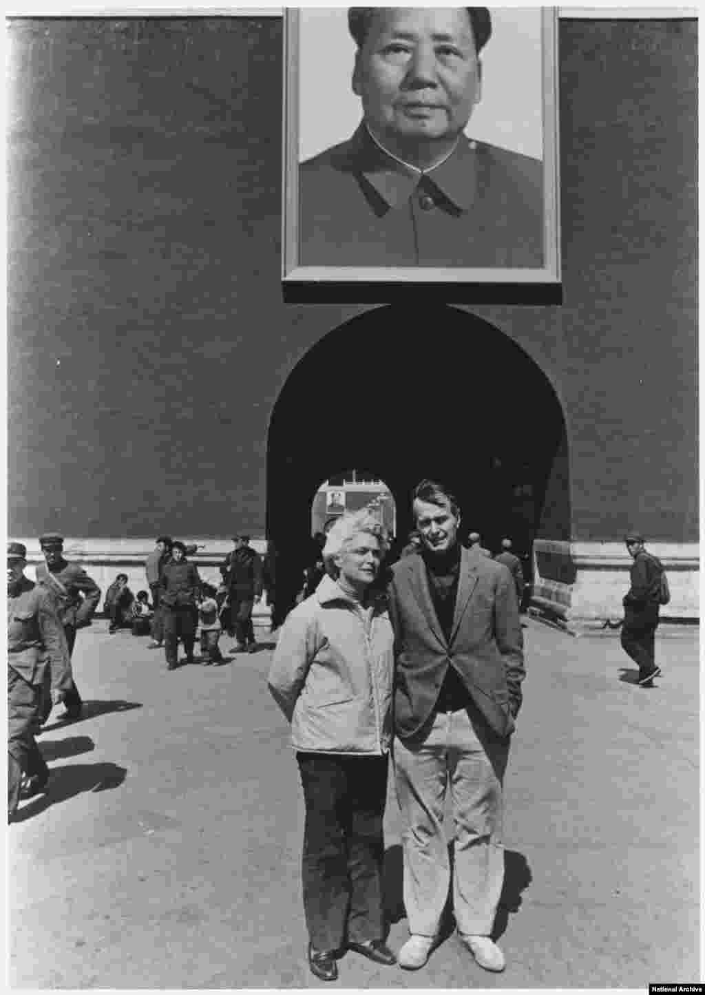 1975年美國駐北京聯絡處主任喬治·布殊(老布殊)和夫人在北京天安門前。喬治•布殊(George HW Bush)在1974-1975間出使北京。就職前先後經商和從政,曾任美國國會眾議員、共和黨全國委員會主席、美國駐聯合國代表。在從中國返回美國後,擔任中央情報局局長,後來被選為美國副總統,1981年就職。