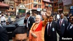 2014年8月4日印度总理纳伦德拉莫迪在尼泊尔加德满都向支持者挥手致意