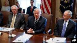 رئیس جمهوری آمریکا در نشست کابینه، روز دوشنبه ۲۴ مهرماه.
