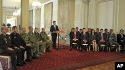 El presidente de Colombia, Juan Manuel Santos (centro) anuncia las condiciones de los diálogos de paz con la guerrilla de las FARC.