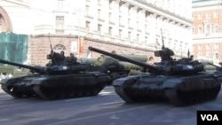 俄羅斯再次讓鄰國害怕,2013年5月9日勝利日紅場閱兵前綵排時莫斯科街頭的坦克和導彈。(美國之音白樺 拍攝)