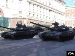 俄羅斯再次讓鄰國害怕,2013年5月9日勝利日紅場閱兵前彩排時莫斯科街頭的坦克和導彈。 (美國之音白樺 拍攝)