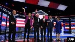 Tranh luận Đảng Dân chủ ở Nevada. Từ trái sang phải: cựu Thị trưởng New York Mike Bloomberg, TNS Elizabeth Warren, TNS Bernie Sanders, cựu PTT Joe Biden, cựu Thị trưởng South Bend Pete Buttigieg, và TNS Amy Klobuchar ở Las Vegas, Nevada, ngày 19/2/2020. (Bridget Bennett/AFP)