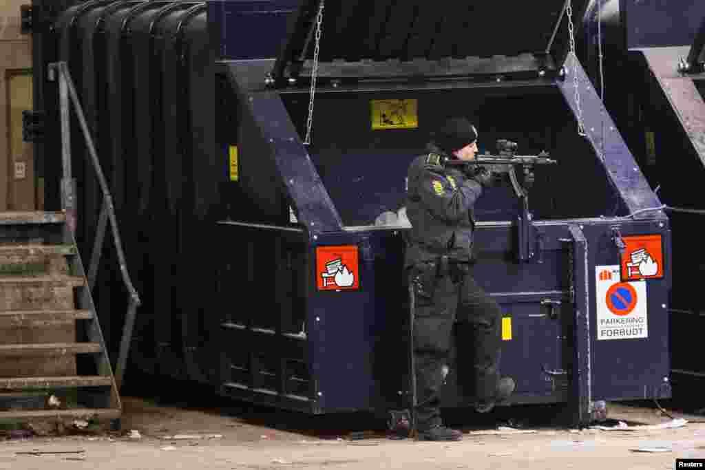 پس از تيراندازی در کپنهاک، پلیس مسلح محوطهای را در خيابان نزديک به ايستگاه متروی «نوربرو» محاصره کرد - ۲۶ بهمن ماه ۱۳۹۳ (۱۵ فوريه ۲۰۱۵)