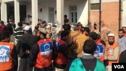 Emergency workers at Bacha Khan University in Charsadda, Pakistan, Jan. 20, 2016. (Photo: N. Takar / VOA Deewa)