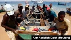 Pescadores na Baía Farta, no sul de Benguela