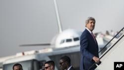 이집트 방문을 마치고 프랑스로 가기 위해 비행기에 오르고 있는 존 케리 미 국무장관.