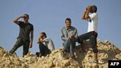 Libijski pobunjenici prate situaciju na granici, na liniji fronta u Al-Kavališu, u zapadnim planinama Libije, posle bitke sa Gadafijevim vojnicima.