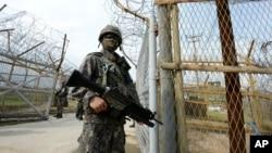 Ảnh do Bộ Quốc phòng cung cấp cho thấy binh sĩ Hàn Quốc canh gác gần hiện trường vụ nổ bên trong khu phi quân sự ở Paju, ngày 9/8/2015.