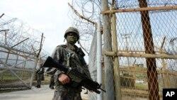 지난 9일 한국 군인들이 비무장지대 지뢰 폭발 현장 주변을 지키고 있다. 한국 국방부 제공 사진.