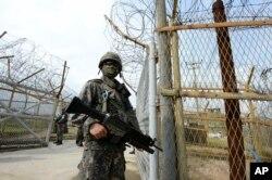 Binh sĩ Hàn Quốc đứng canh gần hiện trường một vụ nổ mìn trong vùng phi quân sự ở biên giới.