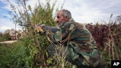 一名利比亞臨時政府的戰鬥人員星期四在攻打蘇爾特是躲開敵人的砲火