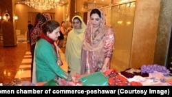 شممامہ ارباب (ائیں) خواتین کے تیار کردہ ملبوسات دیکھ رہی ہیں۔