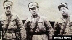 6·25전쟁 당시 비정규군으로 후방 유격활동과 첩보활동의 특수임무를 수행한 미군 산하 8240부대(주한첩보연락처, 일명 켈로부대)들이 중공군 복장을 하고 북한으로 침투하기 직전 모습. 국가기록원 제공.
