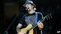 Penyanyi Jason Mraz pada sebuah penampilan di New York City baru-baru ini. (Foto: AP)