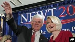 ທ່ານ Newt Gingrich ແລະພັນລະຍາໂບກມືໃສ່ຝູງຊົນທີ່ເມືອງ Columbia ລັດແຄໂຣໄລນາໃຕ້. ວັນທີ 22 ມັງກອນ 2012.