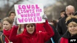 واشنگٹن میں اسقاط حمل کے خلاف ہونے والے مارچ میں شامل خوااتین بینر اٹھا ئے ہوئے ہیں۔ 27 جنوری 2017