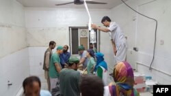 无国界医生组织2015年10月3号公布的照片显示,在阿富汗昆都士医院被炸后幸存的房间里,这个机构的外科医生在动手术。(2015年10月3号)