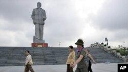 Ảnh minh họa: Tượng đài Hồ Chí Minh tại thành phố Vinh.