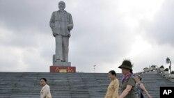 Tượng đài Hồ Chí Minh ở Vinh.