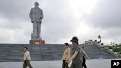 Một tượng đài Hồ Chí Minh tại Vinh.