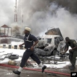 Secouriste nigérian au travail après l'explosion du 16 juin à Abuja