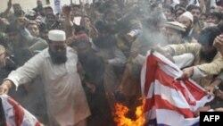 Манифестанты в Лахоре сжигают американский флаг в знак возмущения убийством Раймондом Дэвисом двух жителей Пакистана.