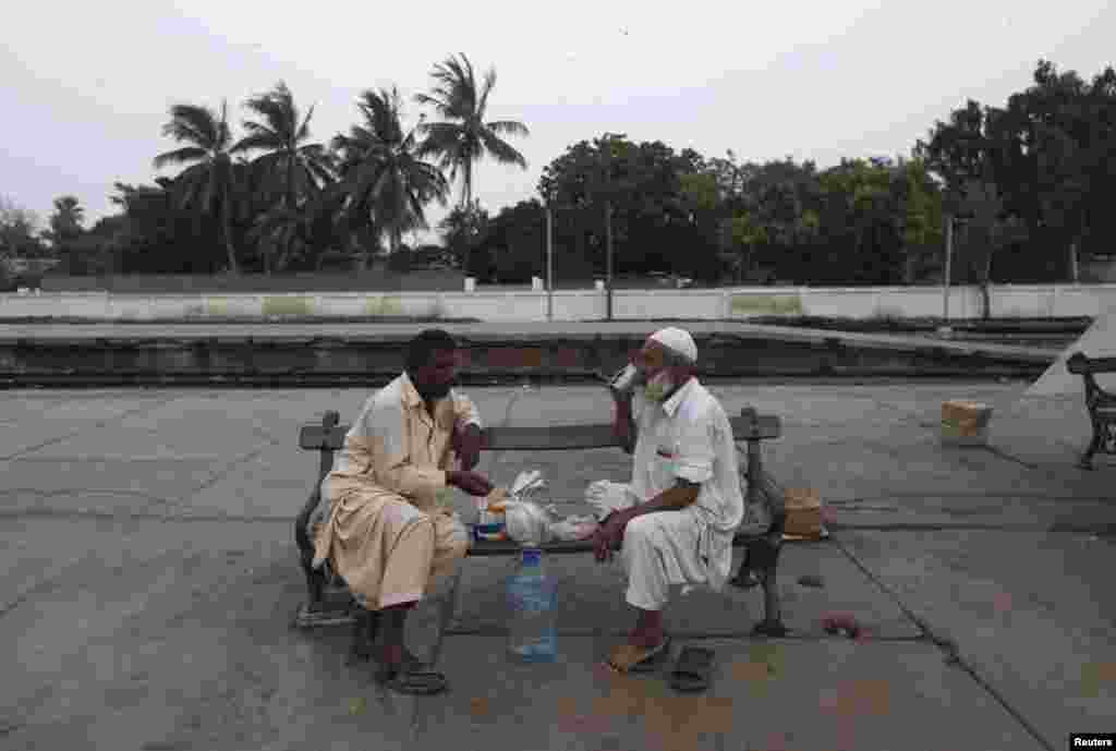 Breaking fast at Karachi's Cantonment railway station, Pakistan, July 2, 2014.