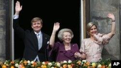 Raja Belanda Willem-Alexander dan Ratu Maxima (kanan) mengapit Ratu Beatrix yang sudah turun tahta, melambaikan dari balkon istana Kerajaan di Amsterdam, Belanda (30/4).