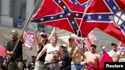 Thành viên của nhóm Ku Klux Klan la ó và phất cờ liên minh miền Nam trong một cuộc biểu tình tại Trụ sở Nghị viện bang South Carolina, ngày 18/7/2015.