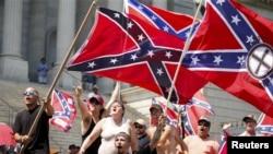 تظاهرات برخی از اعضای گروه نژادپرست کوکلاکس کلان در شهر کلمبیای ایالت کارولینای جنوبی - ۲۷ تیر ۱۳۹۴
