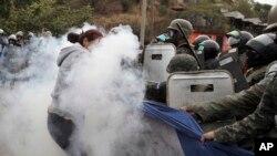 Pendukung calon presiden oposisi Salvador Nasralla bentrok dengan polisi militer di kawasan Policarpo Paz Garcia, Tegucigalpa, 20 Januari 2018.