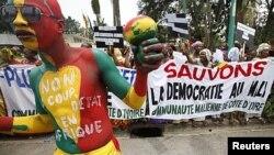 Des Maliens protestent à Abidjan, durant le sommet de la CEDEAO (27 mars 2012)