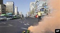 韩国政府的一名官员在首尔的民防演习中指挥交通