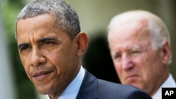 Presiden AS Barack Obama, ditemani Wakil Presiden Joe Biden, saat memberikan pernyataan di Gedung Putih, Washington (30/6). (AP/Jacquelyn Martin)