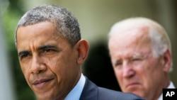 Prezidan Barack Obama, avèk Vis Prezidan Joe Biden bò kote l, fè yon poz pandan li tap anonse plan refòm li pou sistèm imigrasyon an. (Jaden Woz La Mezon Blanch nan Washington).