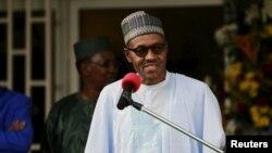 尼日利亚总统布哈里在参加了一个有关伊斯兰激进组织博科圣地问题的会谈后在一个记者会上讲话。 (2015年6月11日)