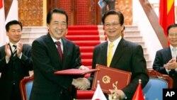 간 나오토 일본 총리와 응원 뗀 중 베트남 총리가 31일 별도의만남 뒤 악수를 나누고있다.