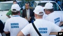 Người đứng đầu Tổ chức OSCE Paul Picard nói chuyện với các thành viên khác tại một khách sạn ở Rostov-on-Don, Nga.