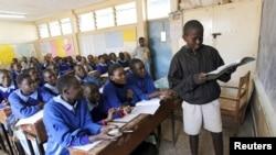 Wanafunzi wakijisomea wakati wa mgomo katika shule ya msingi Nairobi, September 9, 2015.