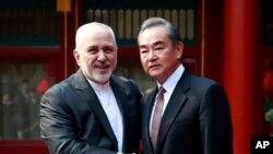 Menlu Iran Mohammad Javad Zarif (kiri) dan Menlu China Wang Yi di Wisma Tamu Negara China, Diaoyutai, Beijing. (Foto: dok).